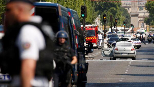 Французские полицейские в районе Елисейских полях в Париже. 19 июня 2017
