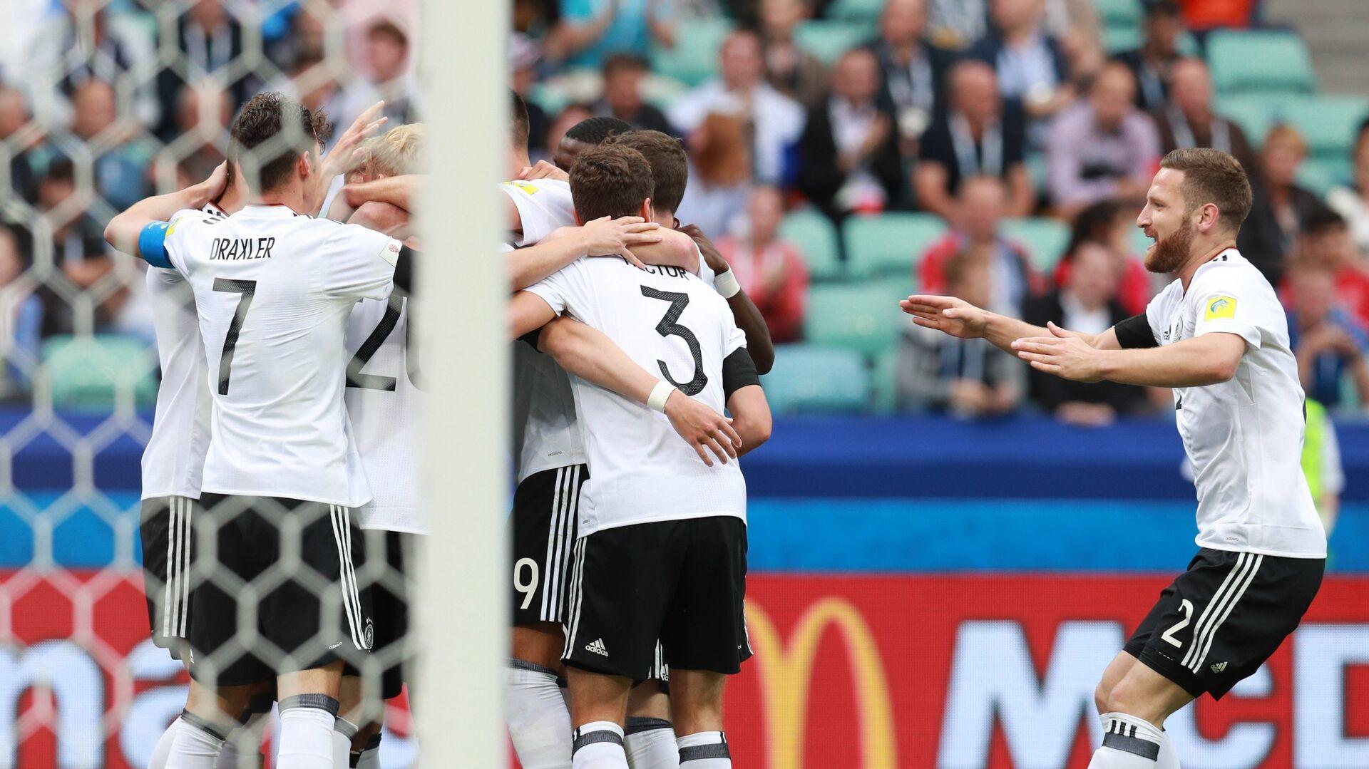 Игроки сборной Германии радуются забитому мячу во время матча Кубка конфедераций-2017 по футболу между сборными Австралии и Германии - РИА Новости, 1920, 25.03.2021