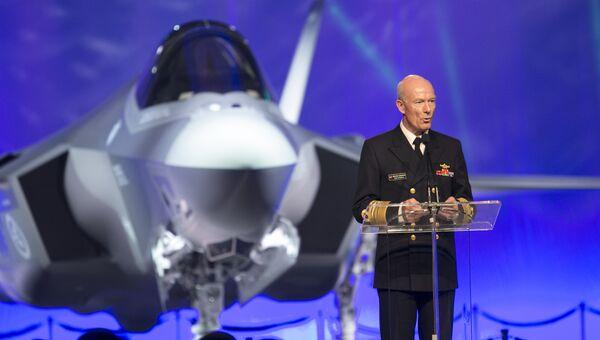 Генеральный инспектор ВМС Норвегии контр-адмирал Хокон Бруун-Ханссен на презентации американского истребителя Lockheed Martin F-35