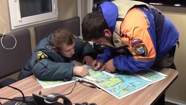 Сотрудники МЧС проводят поисковые работы на Ладожском озере, где перевернулась лодка с подростками