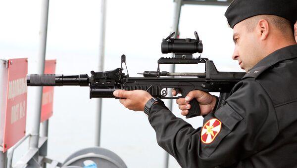 Военнослужащий контрактной службы проводит испытание опытного образца специального вооружения водолаза - автомата двухсредного АДС