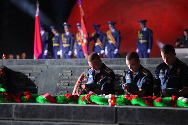 Участники мероприятия, посвященного Дню памяти и скорби о погибших в Великой Отечественной войне в Бресте