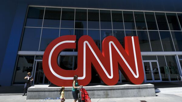 Прохожие у здания штаб-квартиры CNN в Атланте, США