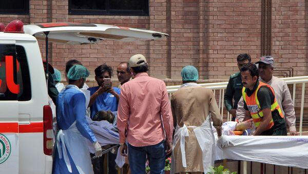 Эвакуация пострадавших при взрыве бензовоза в Пакистане. 25 июня 2017