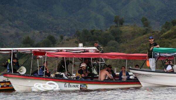 Сотрудники службы спасения и оставшиеся в живых туристы после кораблекрушении лодки в водохранилище Пенола. 25 июня 2017