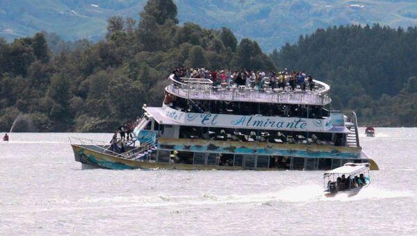 Туристическое судно El Almirante тонет в водохранилище неподалеку от города Гуатапе в Колумбии. 25 июня 2017