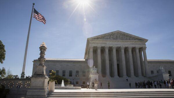 Люди посещают Верховный суд в Вашингтоне. Архивное фото