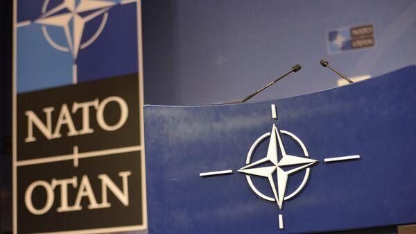 Трибуна в зале для пресс-конференций штаб-квартиры НАТО