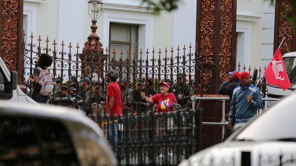 Сторонники президента Венесуэлы Николаса Мадуро и военные у здания Национальной ассамблеи в Каракасе