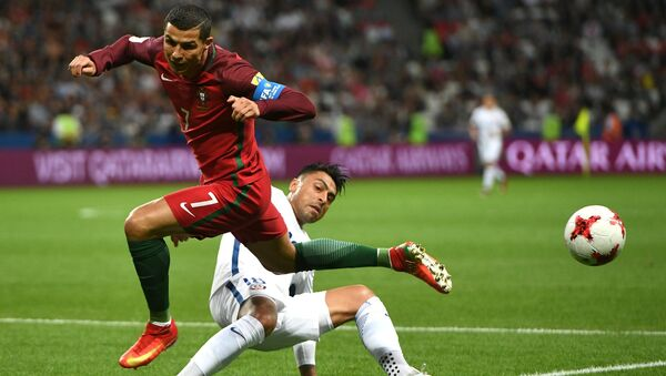 Криштиану Роналду (Португалия) и Гонсало Хара (Чили) во время матча 1/2 финала Кубка конфедераций-2017