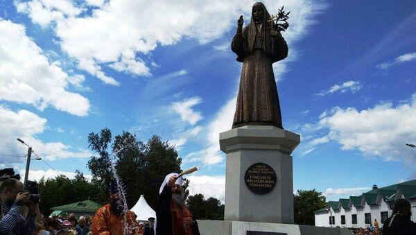 Освящение памятника святой преподобномученице великой княгине Елизавете в Алапаевске. Архивное фото.
