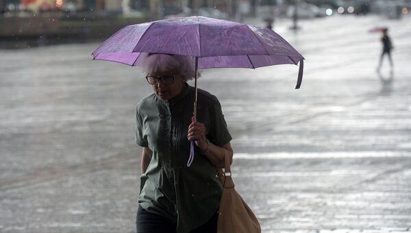 Прохожие во время дождя в Москве. 30 июня 2017
