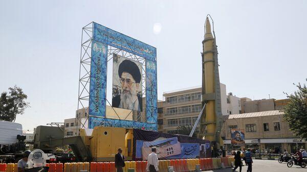 Иранская баллистическая ракета Ghadr-F рядом с портретом аятоллы Али Хаменеи в Тегеране. Архивное фото