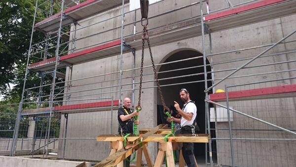 Французские и русские специалисты закрепляют крест перед подъемом его на главный купол храма РПЦ в Старсбурге