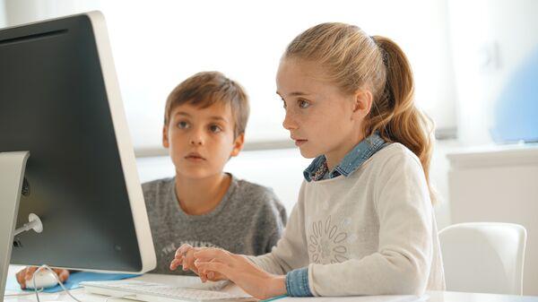 Дети сидят за компьютером. Архивное фото