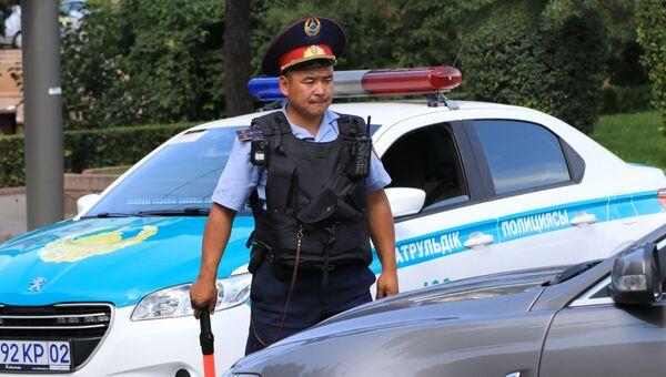 Сотрудник полиции в центре Алма-Аты. Архивное фото