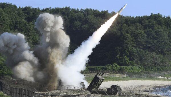 Запуск тактической ракеты армии США MGM-140 во время совместных военных учений между США и Южной Кореей. 5 июля 2017