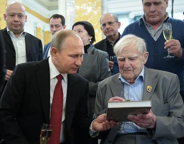 Президент РФ Владимир Путин и писатель Даниил Гранин