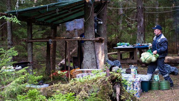 Волонтеры и поисковики ежегодно возводят на островах палаточные городки, кухни и общественные пространства