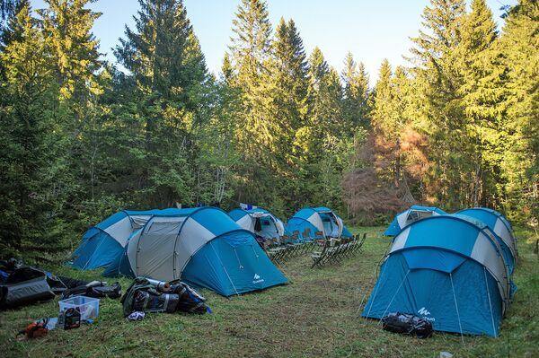 Волонтеры и поисковики живут в палатках по четыре человека