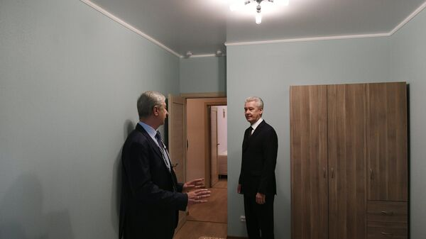 Мэр Москвы Сергей Собянин (справа) осматривает шоу-румы квартир, предлагаемых москвичам в рамках программы реновации жилищного фонда на Московском урбанистическом форуме на ВДНХ в Москве