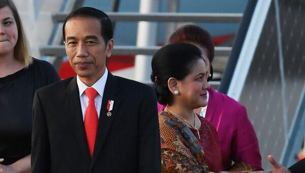 Президент Республики Индонезии Джоко Видодо с супругой Ирианой в аэропорту Гамбурга