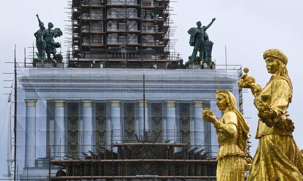 Фрагмент фонтана Дружба народов возле павильона №1 Центральный во время проведения работ по реконструкции ВДНХ