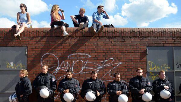 Полицейские и местные жители во время акции протеста в преддверии саммита G20 в Гамбурге