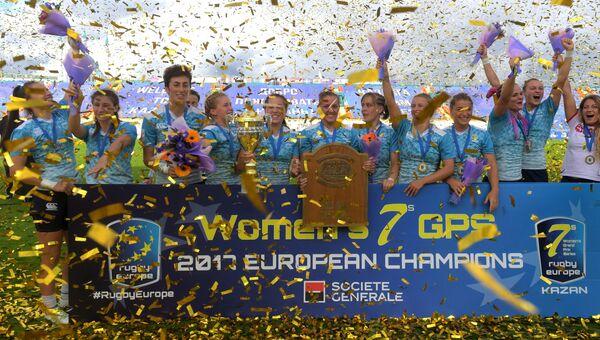 Игроки сборной России, занявшие первое место в финальном этапе европейской серии Гран-при по регби-7 среди женских команд на церемонии награждения