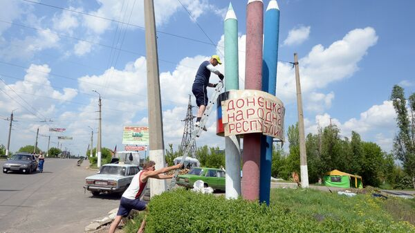 Вывеска с надписью Донецкая народная республика в Славянске
