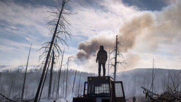 Сотрудники Авиалесоохраны Республики Бурятия во время тушения природного лесного пожара