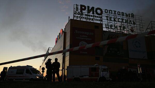 Сотрудники правоохранительных органов во время тушения пожара в здании торгового центра РИО на Дмитровском шоссе в Москве