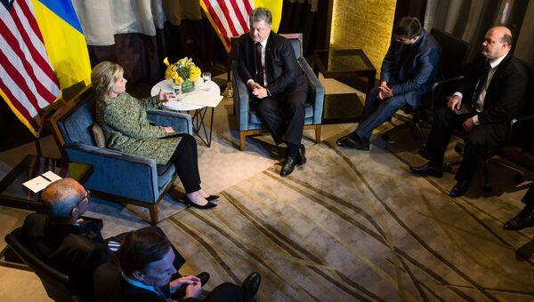 Президент Украины Петр Порошенко и кандидат в президенты США от Демократической партии Хиллари Клинтон во время встречи в Нью-Йорке. Архивное фото