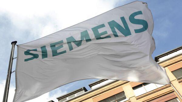 Флаг с логотипом компании Siemens. Архивное фото