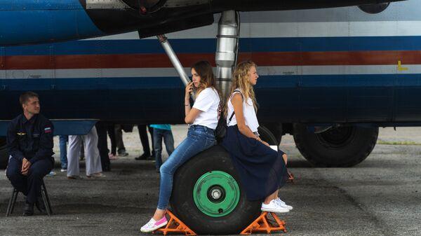 Девушки в аэропорту Толмачево в Новосибирске