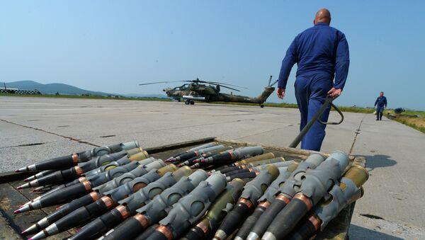 Авиационные специалисты готовят вертолет Ми-28 к вылту во время учений отдельного вертолетного полка на аэродроме Черниговка в Приморском крае