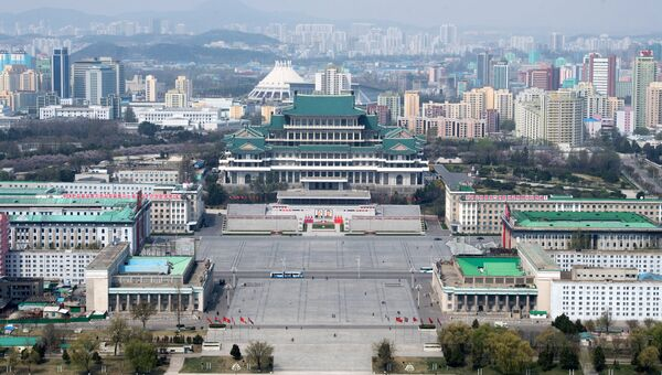 Вид на площадь Ким Ир Сена и Центральную библиотеку Пхеньяна со смотровой площадки монумента идей Чучхе. Архивное фото