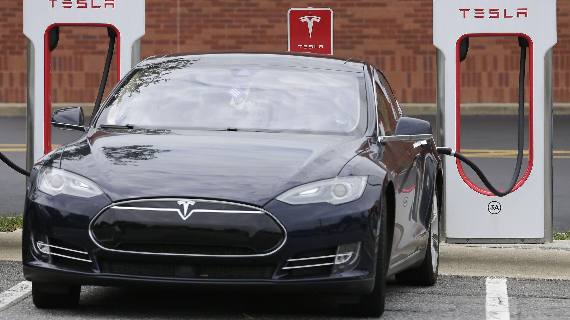 Автомобиль Tesla во время зарядки - РИА Новости, 1920, 14.01.2021