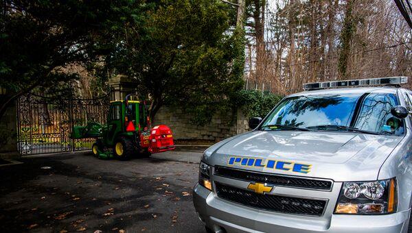 Полицейский автомобиль у поместья Килленворт в районе Глен-Коув штат Нью-Йорк. Архивное фото
