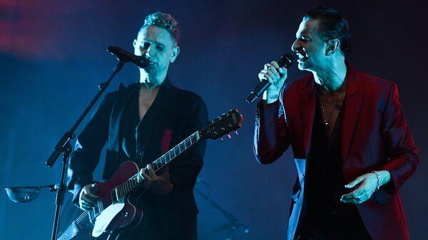 Участники британской группы Depeche Mode Дэйв Гaан и Мартин Гор выступают на концерте на стадионе Открытие Арена в Москве