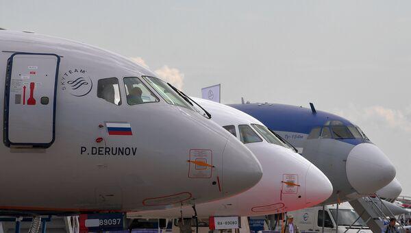 Ближнемагистральные пассажирские самолеты Sukhoi Superjet 100 и Ту-154М на Международном авиационно-космическом салоне МАКС-2017.  18 июля 2017