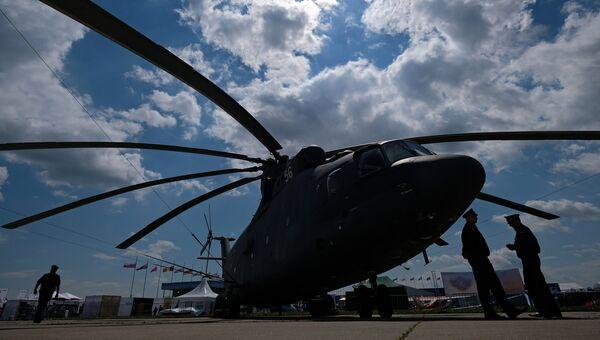 Участники у вертолета МИ-26 на Международном авиационно-космическом салоне МАКС-2017 в Жуковском