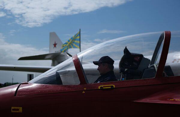 Участник в кабине спортивно-пилотажного реактивного самолета СР-10 на Международном авиационно-космическом салоне МАКС-2017 в Жуковском