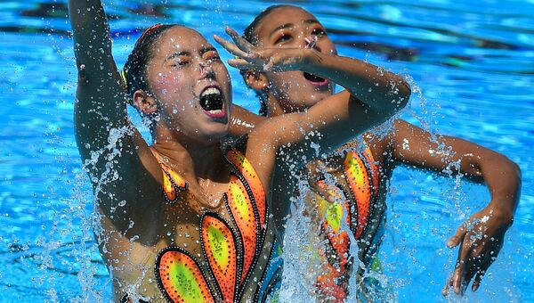 Маи Накамура и Юкико Инуи (Япония) в финальных соревнованиях по синхронному плаванию среди дуэтов на чемпионате мира FINA 2017
