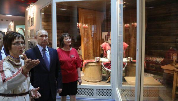 Владимир Путин во время посещения Национального музея Республики Марий Эл в ходе рабочей поездки в Йошкар-Олу. 20 июля 2017