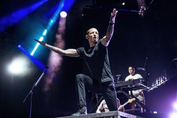 5c77c3d75 Участник американской группы Linkin Park Честер Беннингтон выступает на  сцене СК Олимпийский в Москве
