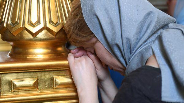 Верующая в Благовещенском соборе перед началом крестного хода в праздник явления Казанской иконы Божией матери в Казани