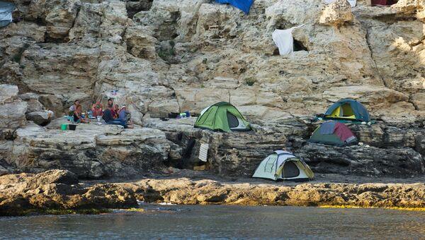 Туристы на берегу Черного моря вблизи Большого Атлеша на мысе Тарханкут в Крыму