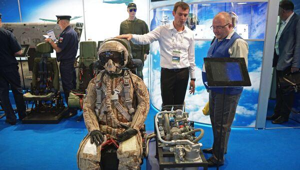 Посетители осматривают продукцию на стенде АО НПП Звезда на Международном авиационно-космическом салоне МАКС-2017 в Жуковском