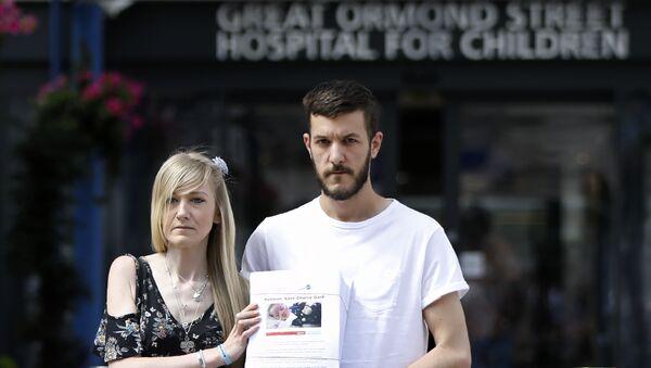 Конни Йейтс и Крис Гард, родители неизлечимо больного Чарли Гарда, с ходатайством о подписяx перед больницей  Great Ormond Street в Лондоне. 9 июля 2017